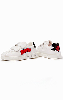 12cf18940ba The Junior Skylin is a low-top leather sneaker for girls with light up  details